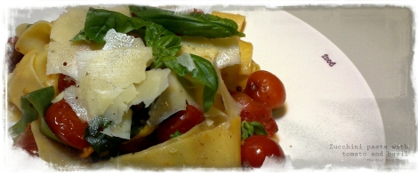 Zucchini pasta with tomato and basil_wtr